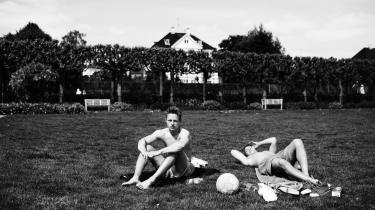 Jesper Svarre Rasmussen, (tv.) arbejder i Emmerys og studerer på Paul Petersen Idrætsinstitut. Han vil gerne læse idræt på universitetet. Christian Cordius (th.) arbejder i en tøjbutik og spiller fodbold i Brønshøj. Her nyder de solen på græsset i Hellerup.
