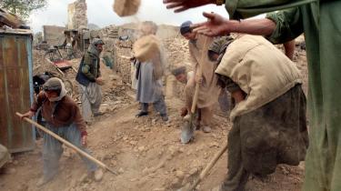 Mange penge er spenderet på afghansk genopbygning fra vestlig side— mindst 300 mia. kr. — men først og fremmest i krigsområderne og først og fremmest i kortsigtede projekter. Det betyder ifølge International Crisis Group, at man ikke har fået særlig meget for sine penge.