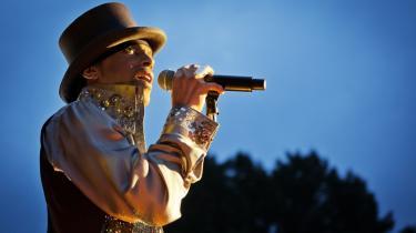 En overskudsagtig Prince leverede en to en halv time lang og hitorienteret koncert på 10-Øren.