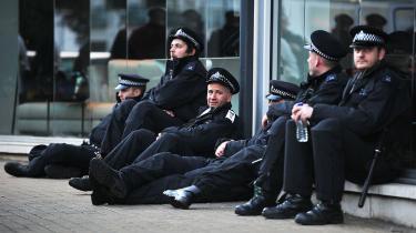 Betjente i London-forstaden Croydon slapper af efter nogle hårde dage med uro og gadekamp. Briterne og franskmændene, der i 2008 havde deres egen uro, har hver deres tilgang til utilfredse fattige — ingen af dem med udpræget succes.