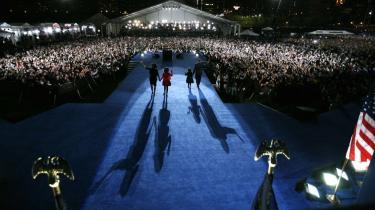 Familien Obama møder sejrssikkert amerikanerne efter valgsejren i 2008. Den slags billeder kan vi få at se igen i 2012.