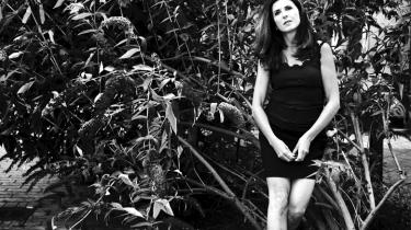 Kirsten Hammanns bog, 'Se på mig', udkommer senere i denne måned, og forfatteren er godt klar over, at den nye roman, som hun kalder en kærlighedskomedie, kan få trofaste læsere til at stejle. Men hun mener, at det må være i orden at gå videre og lave noget andet, end det hun plejer — og som læserne forventer.