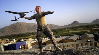 Amerikansk soldat sender en førerløs spiondrone op fra en base i Kandahar-provinsen. Prisforskellen mellem droner og jagerfly er stor, dronerne er op til ti gange så billige som jagerfly. Hertil skal lægges, at droner kan holde sig længere i luften, flyve længere afstande uden genoptankning og sigte mere præcist. Det vides ikke, hvor mange bevæbnede droner, CIA råder over.