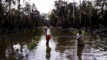 I Niger-deltaet klager den lokale Ijaw-stamme over, at den mister fiskerigrundlaget, eftersom Shell Oil forgifter vandet. Desuden er de utilfredse med,   at de ikke modtager kompensation fra Shell.