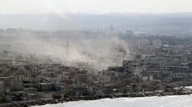 Det syriske styre valgte i går at lade sin flåde beskyde byen Latakia.