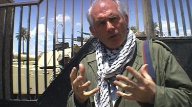 BBC-journalisten og arkitekturhistorikeren Dan Cruickshank havde sat sig for at finde ud af, hvad der var blevet af Iraks forsvundne kulturarv. Til formålet havde han taget et palæstinensertørklæde om halsen for at vise sin gode vilje, men han stødte ind i en mur af uvilje. Nok åbnede nogle døre sig, men andre forblev bogstaveligt talt låst.