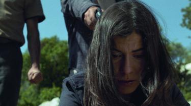 Nawals hemmelighed er en tragisk familiehistorie om tab og vrede, hvor en tilsyneladende normal hverdag præget af en lidt fraværende mor viser sig at have en utrolig forhistorie med rystende implikationer for nutiden.