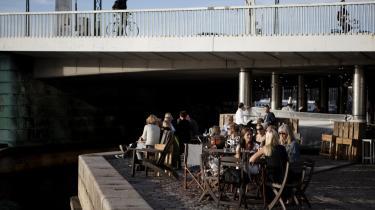 Kroenunderbroen. Med en del af Københavns tunge trafik buldrende hen over broen er det atter i år lykkedes at skabe et sommerspisested med dejlig mad og unik stemning.