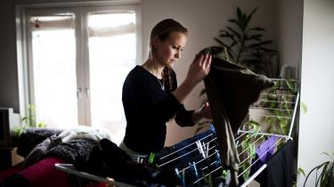 Holbæk Kommune troede ikke på, at 29-årige Sascha Nyhus var enlig forsørger og fratog hende derfor en lang række ydelser med et kæmpe tilbagebetalingskrav oveni. Nu har Det Sociale Nævn omgjort kommunens afgørelse uden nogen som helst nye oplysninger. Sagen viser, at kommunerne ofte dømmer kvinderne på forhånd, lyder kritikken