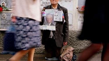 En mand erindrer de faldne på en tidligere årsdag for kuppet mod Gorbatjov i 1991.