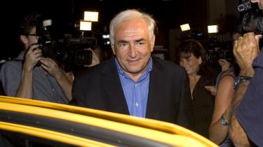 En domstol i New York har droppet voldtægts-retssagen mod den tidligere IMF-chef Dominique Strauss-Kahn.