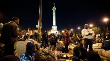 De franske politikere var længe om at erkende, at gældskrisen også var et fransk anliggende. Nu foreslår 16 af Frankrigs rigeste at betale ekstraordinær skat for at yde deres til at bevare velstanden i Frankrig. På billedet er det nogle af den økonomiske krises mest udsatte — migrantarbejdere på Bastille-pladsen i Paris.
