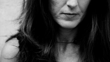 Kirsten Hammann. Forfatter, født 1965 i Risskov ved Aarhus. Gik på Forfatterskolen 1989-91. Debuterede i 1992 med digtsamlingen 'Mellem tænderne'. Første roman var 'Vera Winkelvir' fra 1993 efterfulgt af 'Bannister' (1997) og 'Bruger De ord i kaffen?' (2001), der er en kombination af poetik og roman. Siden er udkommet romanerne 'Fra smørhullet' (2004) og 'En dråbe i havet' (2008). 'Se på mig' udkommer 25. august på forlaget Gyldendal og anmeldes her i avisen