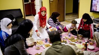 Til Ramadanmiddag i Fyrreparken, Vollsmose. Alle finder noget under ramadanen, som er vigtigt for dem. For mig har det de senere år handlet om at blive et bedre menneske, fortæller Inam Abou-Khadra (med rødt tørklæde). At afstå fra noget så basalt som mad   sætter mange reflektioner i gang, fortæller hun.