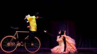 Cirkusteknik møder tåspidspoesi, når Serge Huercios cykelartist lokker Nadia Dahls balletdanser på den tohjulede i Gasværkets veloplagte Cykelmyggen Egon.