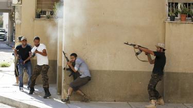 I Tripolis Abu Salim-distrikt forsøger de libyske oprørere at trænge de Gaddafi-tro styrker tilbage.