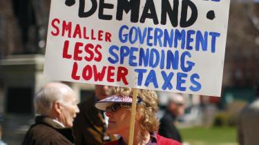 Skat og en stor central stat får især den populistiske højre-orienterede Tea party-bevægelse til at se rødt. Her en af disciplene, der betragter sig som en ægte patriot, fordi hun vil kræver: mindre stat, lavere skatter og færre offentlige udgifter.