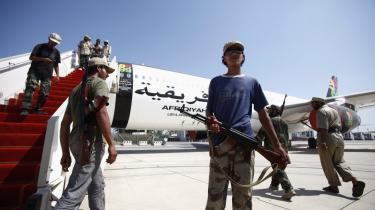 Lørdag afholdt de libyske oprøreres overgangsråd pressemøde i Tripoli. Ja, der er problemer, men alt går efter planen, lyder det. I rummet ved siden af sad 40 udlændinge med en anden version af historien. De venter på at blive evakueret fra, hvad nogle af dem frygter ender med en borgerkrig