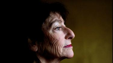 Erfaringen. Janina Katz er født i 1939 i Krakow og flygtede i 1969 til Danmark. Hun debuterede i 1991 med digtsamlingen 'Min moders datter'.