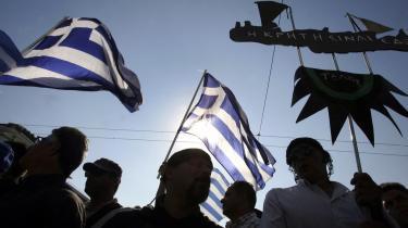 Polarisering. Det græske demokrati er stærkt polariseret. Det gør, at sociale protester får en så ultimativ form.