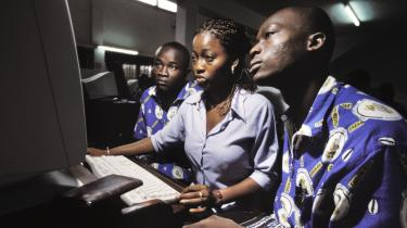 Nye muligheder. Teknologien er et stort potentiale for tænkningen i afrika. Mobiltelefoner og sociale medier giver pludselig store befolkningsgrupper, der tidligere var bundet af traditionen, mulighed for at skabe et nyt verdensbillede.