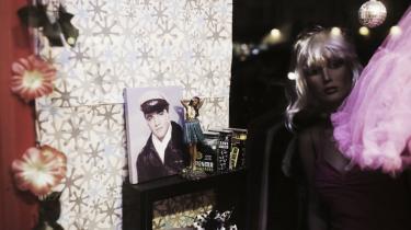 Et butiksvindue på Istedgade med en afrodanser og et billede af ikonet Elvis Presley.