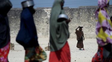Læger Uden Grænsers (MSF) internationale formand mener, at en række humanitære organisationer bedrager offentligheden ved at foregive, at de kan dele nødhjælp ud i hele Somalia