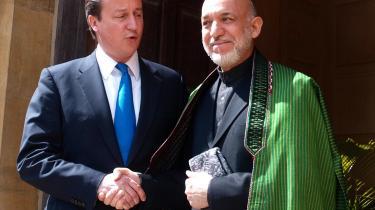 Der blev givet løfter om stærk-ere bånd mellem London og Kabul, da den britiske premier-minister, David Cameron (tv.), og Afghanistans præsident, Hamid Karzai (th.), mødtes i maj 2010. I sidste uge kom Camerons udviklingsminister til at afsløre, at den britiske regering nok nærmere ser frem til Karzais snarlige afgang.