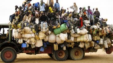 Efter en uges kørsel i 48 graders varme er disse   migrantarbejdere nået frem til byen Agadez, Niger, som   ligger midt i Sahara-ørkenen. De nåede at få deres   ejendele med ud af Libyen.
