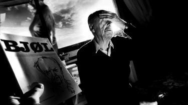 Den knejsende figur i dansk politisk journalistik samler nedslag fra 70 års skriverier – men er svigtet af sit forlag