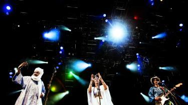 Når det tæt sammensvejsede kollektiv Tinariwen sætter i, breder de gode vibrationer sig uvilkårligt, hvad vi var en heldig håndfuld, der fik lov at bevidne på Roskilde Festival 2010, hvor gruppen gav det års uforglemmelige optræden.