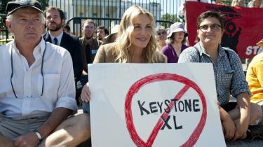 I det seneste par uger har flere hundrede miljøaktivister, her bl.a. skuespilleren Daryl Hannah (med skilt), demonstreret foran   Det Hvide Hus mod   Keystone XL-rørledningen.
