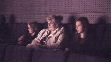 Der er ingen brug af vampyrer eller eksplosioner, når hormometeret slår ud til Søren Kragh-Jacobsens ungdomsklassiker 'Vil du se min smukke navle?' til årets børne- og ungdomsfilmfestival Buster. Hvad er der sket med pubertetsdramaet siden dengang i 1978, hvor en ung Birger Larsen lå i robåden og smaskede i Lenes navle?