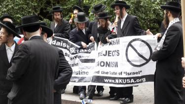 Ortodokse jøder protesterer på Dag Hammerskjolds Plaza uden for FN's hovedkvarter op til debatten om Palæstinas ønske om at blive FN's stat nr. 194. Denne gruppe er dog vred på Israels uforsonlige linje og tramper på Israels flag.