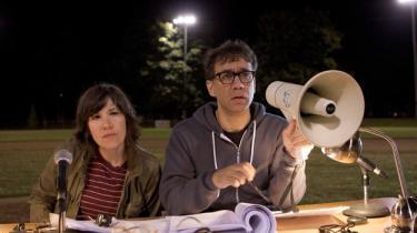 Den indiestjerne-spækkede comedy-serie 'Portlandia' er fjollet satire over langhåret vestkystmentalitet og hipster-selvfedme i Oregons cykelby, Portland. Det kan være både sort og præcist, men lugter også lidt af to hipsters, der brækker sig indforstået over deres eget miljø uden at man har bedt dem om det