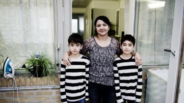 Selv om Udlændingeservice har erkendt fejlregistrering af statsløse kurdere i en række asylsager, fastholder myndighederne, at det er de statsløses eget ansvar at rette fejlen, så deres børn kan få det statsborgerskab, de har krav på