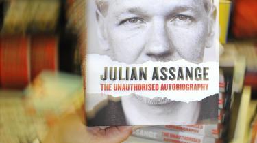 Den uautoriserede selvbiografi om Wikileaks' stifter udkom til alles overraskelse i går i Stor-britan-nien.