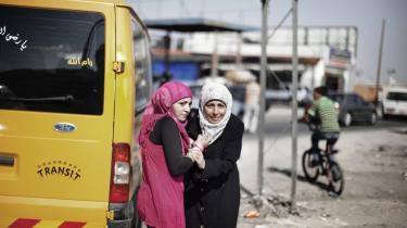 Israel kontrollerer enhver bevægelse på Vestbredden — også her ved Kalandia-checkpointet, hvor der i går var sammenstød mellem palæstinensiske demonstranter og israelsk militær: