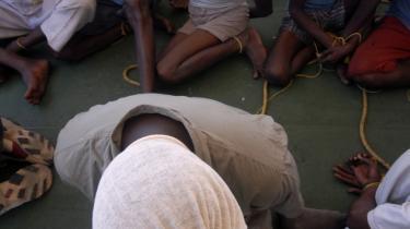 28 formodede somaliske pirater med tildækkede hoveder præsenteres for pressen, efter at de blev taget og bragt op af den indiske kystvagt.