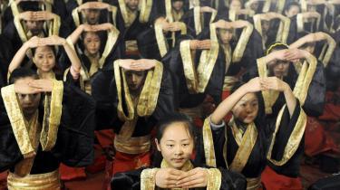 En gruppe kunstskolestuderende fra byen Hefei udfører et ritual, der markerer overgangen til voksenlivet. Mange kinesiske unge rustes meget dårligt til den seksuelle del af voksentilværelsen &#8212 i hvert fald lader seksualundervisningen i skolerne meget tilbage at ønske.