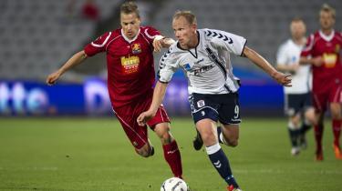 Aldrende stjerner som Martin Jørgensen, Søren Larsen og Søren Berg er begyndt at glimte igen. Her er Berg med FC Nordsjællands Nicolai Stokholm i hælene under Superligakampen sidste weekend i Århus.