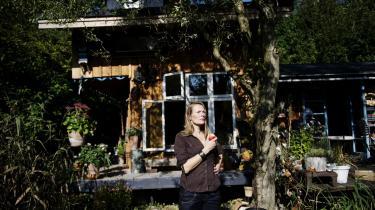 Christianitten Tine Bjørn er havnet i en slem kattepine: Østre Landsret har, efter Slots- og Ejendomstyrelsen har meldt hende til politiet, bestemt, at hun skal rive en tilbygning på 14 kvadratmeter ned, ellers skal hun betale en bøde hver måned. Men selvbyggerhuset er ikke Tines ejendom, men derimod fællesskabet Christiania, og de ønsker ikke, at tilbygningen skal fjernes. Tilbygningen ses til venstre på billedet.