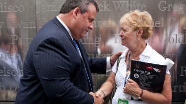 New Jerseys guvernør, Chris Christie (tv.), der her hilser på en mor til et af ofrene fra 11. september 2001, er på tale som republikansk præsidentkandidat.