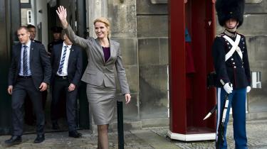 I dag offentliggør Danmarks første kvindelige statsminister regeringsgrundlaget for danmarks-historiens første regering bestående af S, R og SF. De radikale har hentet flere åbenlyse sejre, mens afgørende uenigheder om fordelingspolitikken er udskudt til forhandlinger om en ny skattereform