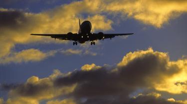 EU har besluttet atat inddrage alle fly til og fra Europa i et CO2-kvotesystem. Fra 1. januar 2012 vil både europæiske og ikke-europæiske flyselskaber få tildelt kvoter, der sætter en overgrænse for deres klimabelastning