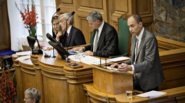 Socialdemokraternes nyudnævnte politiske ordfører Magnus Heunicke fik en ilddåb i folketingssalen i går under åbningsdebatten. Den blå opposition anklager regeringen for at løbe fra en lang rækker af løfterne fra valgkampen.