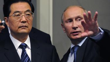 Den russiske premierminister, Vladimir Putin, var i juni sammen med Kinas præsident, Hu Jintao (t.v.), på besøg i energiselskabet Gasproms hovedkvarter i Moskva.