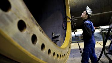 En svejser på Vestas arbejder på at svejse et tårn til en vindmølle. Den danske vindmølle-producent har netop fået en ordre på 66 vindmøller til Sveriges største landbaserede vindmøllepark