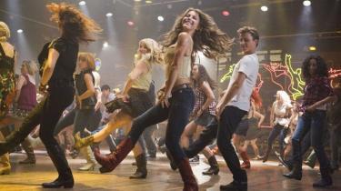 I en tid, hvor Hollywood er på genbrugsjagt i 80'ernes pulterkammer, er en ligegyldig, linedance-tilsat genindspilning af dansemusicalen 'Footloose' eksempel på en tidsforvirring, der gør én usikker på, hvad 2011 er for et slags ungdomsår
