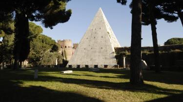 En mere uforpligtende udflugt til Aventinerhøjen kan tage sin begyndelse ved metrostationen Piramide. I en åbning i den aurelianske mur – ind mod den protestantiske kirkegård – ligger Cestius-pyramiden.